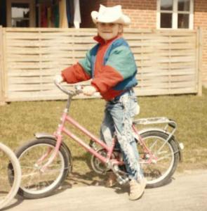 Heidi på cykel som barn